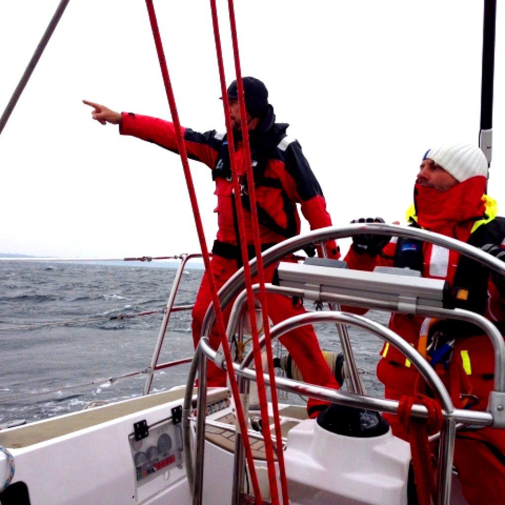Crew beim MOB Training auf der Hochseesegelyacht Odysseus des ASV Stuttgart