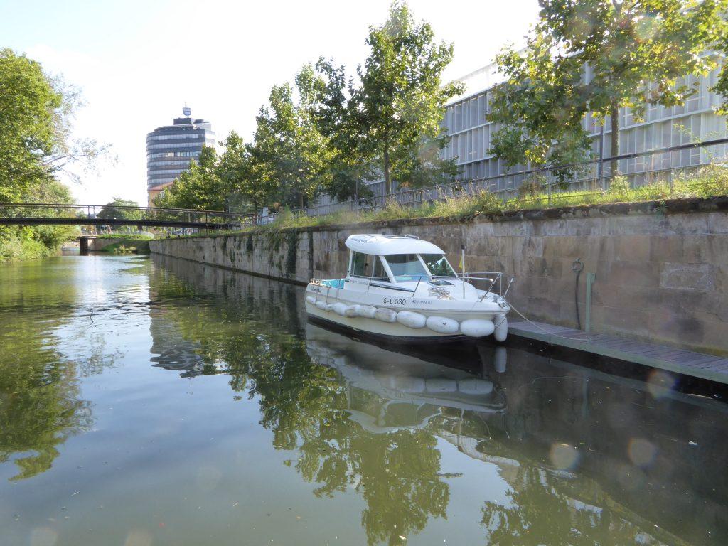 ASVS Stuttgart Binnen Motorboot Telemachos liegt am Steg