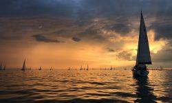 ASVS mit klassischer 5mr Segel-Renn-Yacht Sutje auf der Rund Um Regatta im Sonnenuntergang