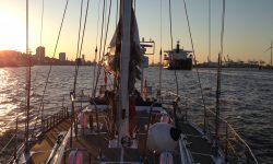 ASVS Akademische Seglervereinigung Stuttgart Auslaufen aus Hamburg bei Sonnenaufgang mit Segelyacht Odysseus Urlaub auf dem Wasser