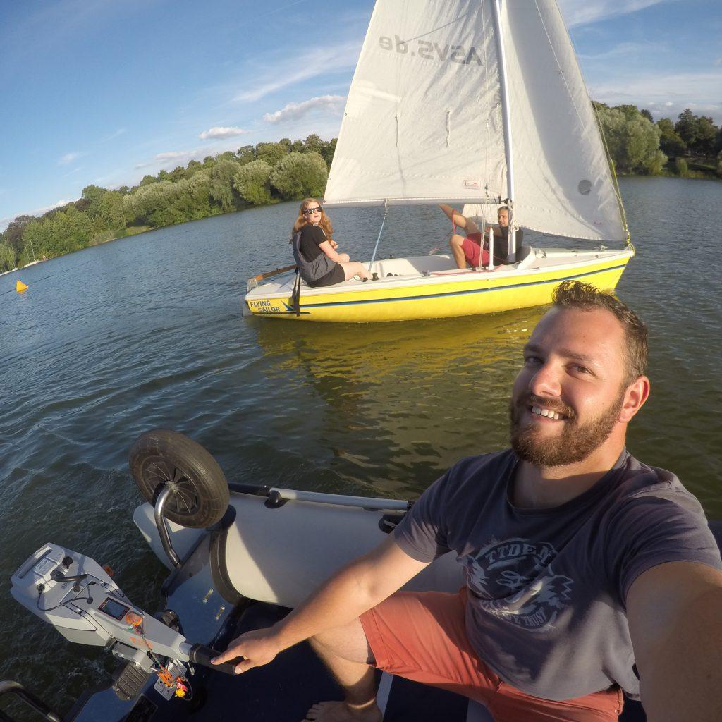 ASVS Studentensegeln Motorboot und Segelboot im Hintergrund