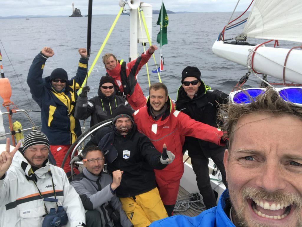 ASVS Stuttgart Offshore Regatta Crew und Segelyacht Odysseus runden den Fastnet Rock beim fastnet Race 2017
