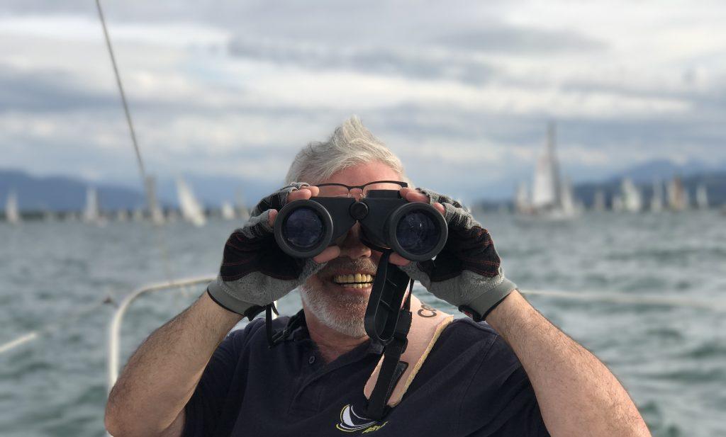 ASVS Segler mit Fernglas auf der Suche