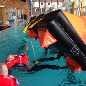 ISAF Sea Survival Training - Umgang mit der Rettungsinsel