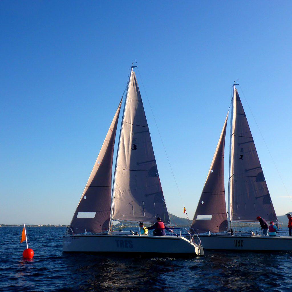 Zwei Segelboote bei der Umrundung der Regattatonne beim ASVS Regattatraining in Pollensa Mollorca in 2017