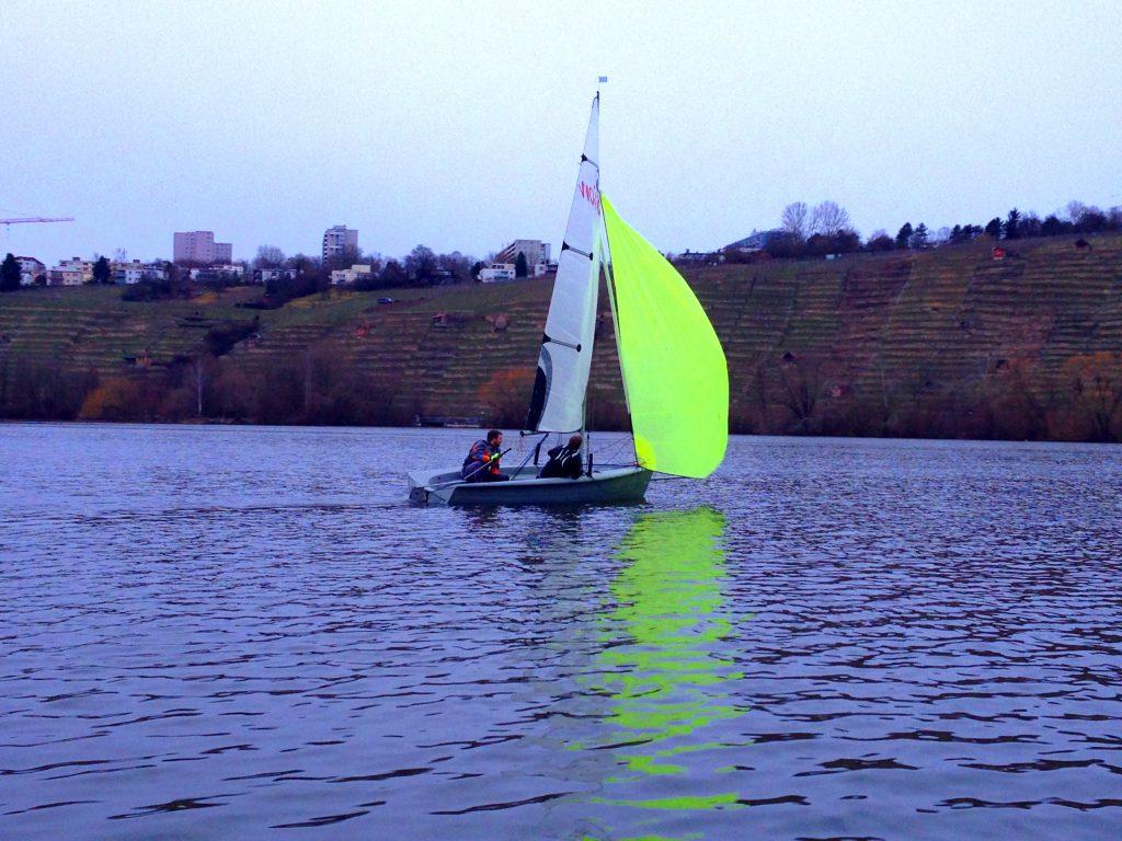 Segelboot RS Vision auf dem Max-Eyth-See mit frischem Wetter